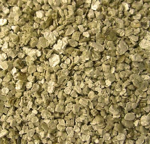 Крупнофракционный Агровермикулит. Агровермикулит это природный минерал, широко использущийся во всем агропромышленном комплексе благодаря своим гигроскопическим свойствам, он может использоваться как добавка, припятствующая быстрому высыханию любого вида субстратов и грунтов, а так же может выступать в качестве отдельного субстрата для выращивания влаголюбивых растений на гидропонике. Крупнофракционный агровермикулит очень удобен для использования в кокосовом волокне, так как препятствует его высыханию, а так же отлично подойдет для добавки в керамзит при использовании его в качестве субстрата в гидропонных системах капельного полива.